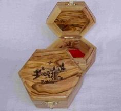 صندوق سداسي الشكل مع نقش