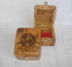 Tetrahedron box with engraving