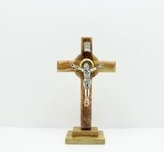 صليب كاثوليك مع المصلوب و التراب في الوسط وله قاعدة