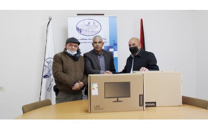 غرفة تجارة وصناعة محافظة بيت لحم تساهم بجهاز حاسوب ضمن شراكتها المجتمعية