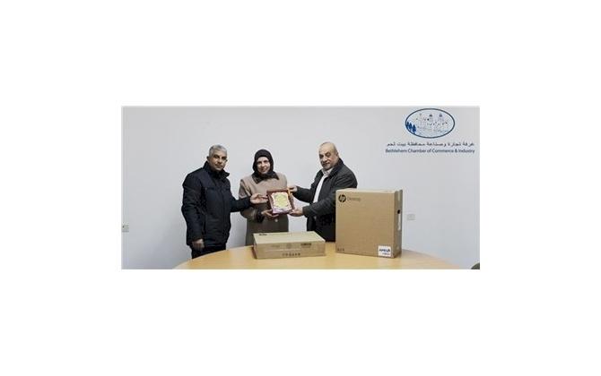 غرفة تجارة وصناعة محافظة بيت لحم تتبرع بجهاز حاسوب ضمن مسؤوليتها الاجتماعية